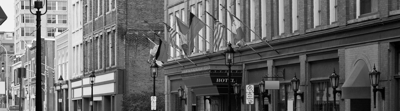 Drapeaux de plusieurs nations sur un immeuble ancestral en briques à Kitchener