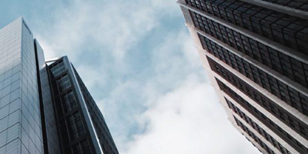 Vue ascendante d'un gratte-ciel