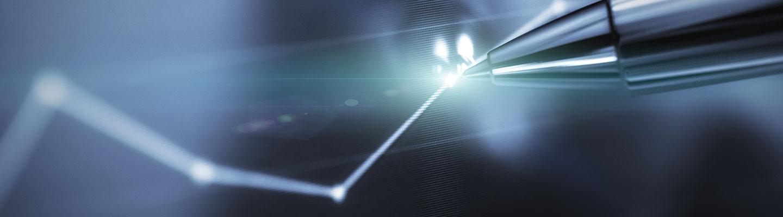 Stylo numérique sur un graphique projeté sur un écran