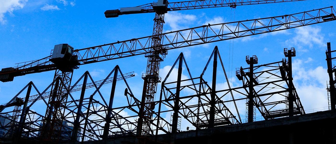 Photo d'un chantier de construction, prise au niveau du sol et tournée vers le ciel