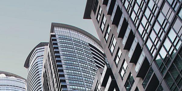 Rue du centre-ville avec vue sur des tours de condominiums