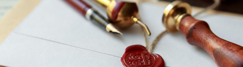La plume et le tampon du notaire sur un testament